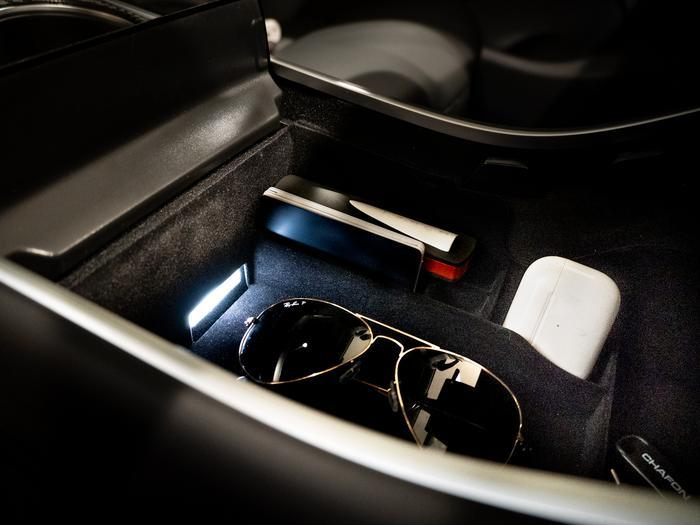 tesla-model-3-y-center-console-organizer-sunglasses_700x_43386118-403c-4358-abb7-6e32d70f1f0b_700x