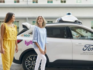 Riders-exit-a-Ford-Escape-Hybrid-vehicle-with-Argo-self-driving-technology-1024x683